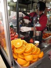 Fent suc de magrana i de taronja. Istanbul. Turquia