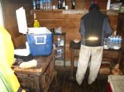 Preparant el dinar al refugi de la Isla Gable. Tierra del Fuego. Argentina