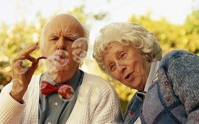 Старикам тоже нравится пузыри пускать