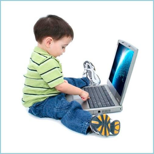 Маленький мальчик и компьютер