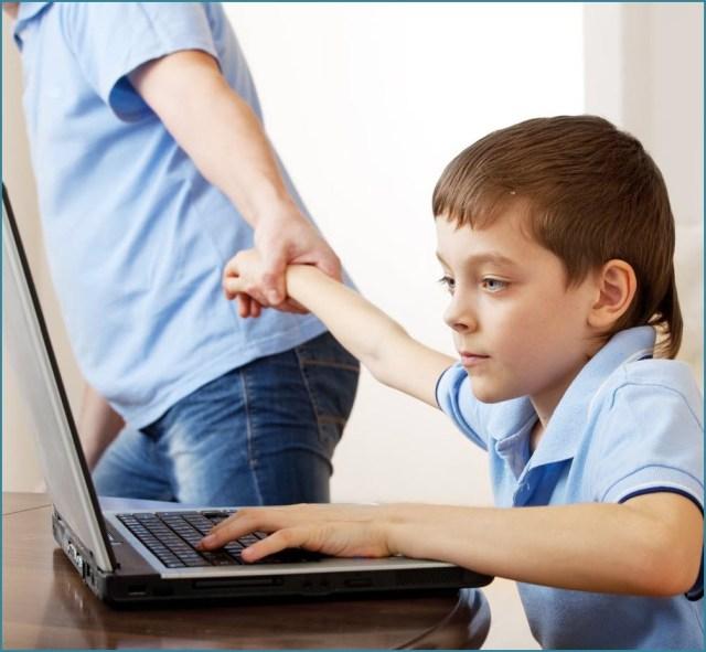 Родитель оттаскивает ребёнка от компьютера
