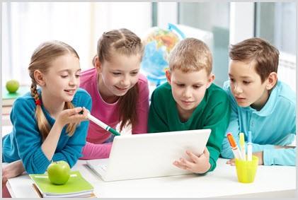 На картинке дети за ноутбуком