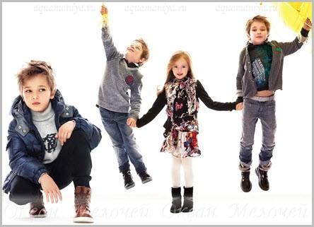 На фото дети в модной яркой одежде