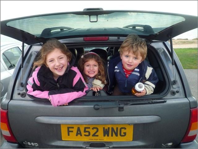 Дети в багажнике машины