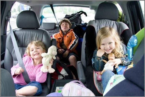 На фото дети в поездке