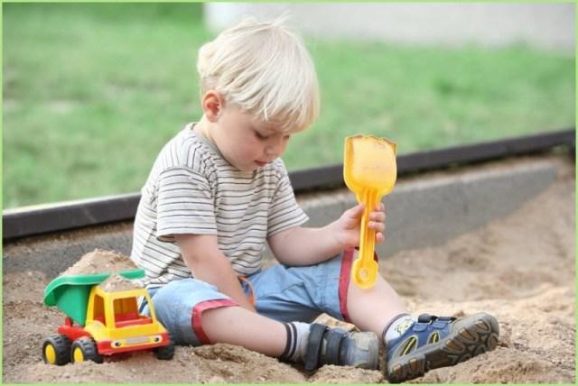 Фото с мальчуганом с игрушкой самосвал