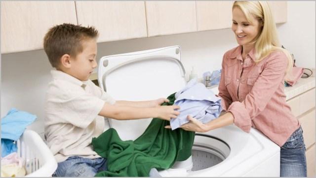 Сынок помогает маме стирать