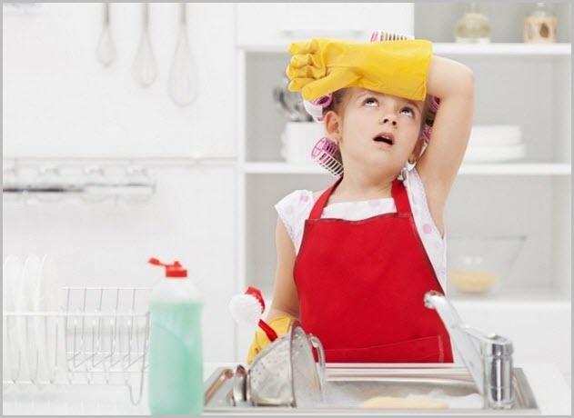 Устала девочка от домашней работы