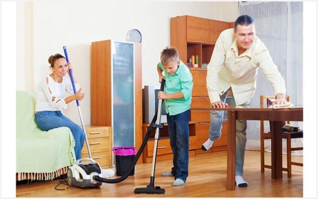 Сын с родителями занимаются уборкой