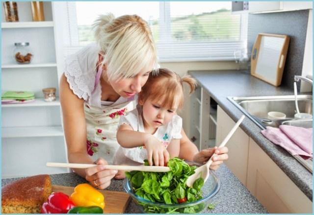 Мама с маленькой дочуркой салат готовят
