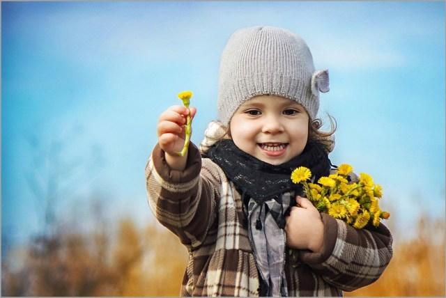 Девочка с букетом из одуванчиков
