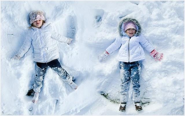 Подружки на фото извозились в снегу