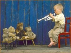 Мальчик играет на трубе