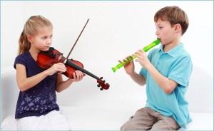 Девочка играет на скрипке, а мальчик на флейте