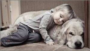 Мальчик и собака отдыхают