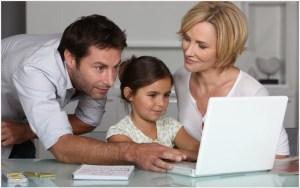 Родители и дочка за компьютером