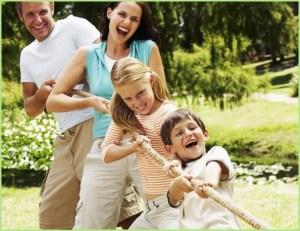 Родители и дети тянут канат