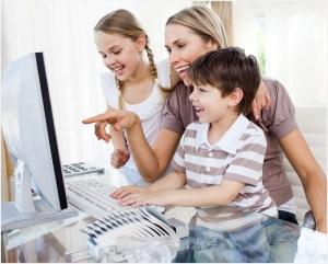 Мама с детьми у компьютера