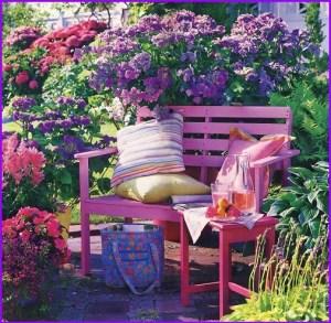 Дачная скамейка среди цветов