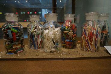 Ausstellung zum Thema Microplatik und Plastikmüll im Oakland Mueum