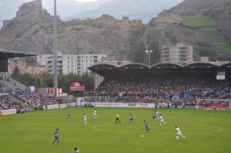 Hoch über dem Stadion thront das Schloss.