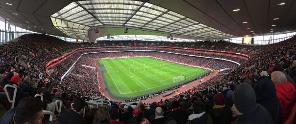 Panoramabild des Emirates Stadium