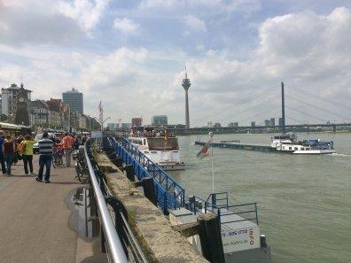 Rheinschiffe und Uferpromenade in Düsseldorf