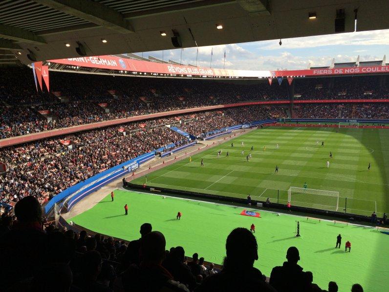 Gegentribüne im Stadion