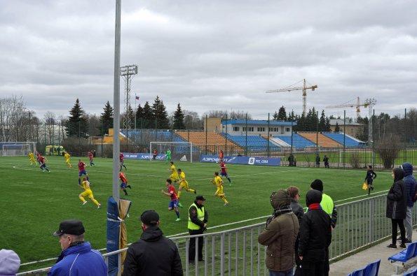 Im Hintergrund das eigentliche Stadion