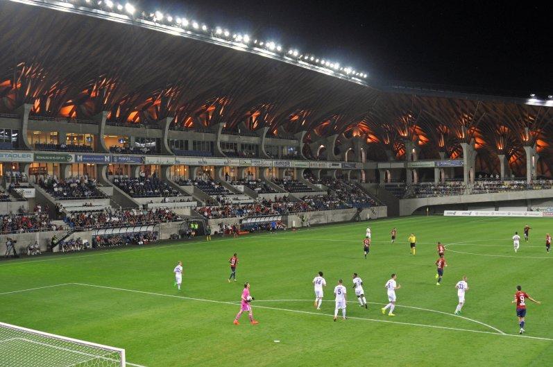 Die Haupttribüne in diesem einmaligen Stadion
