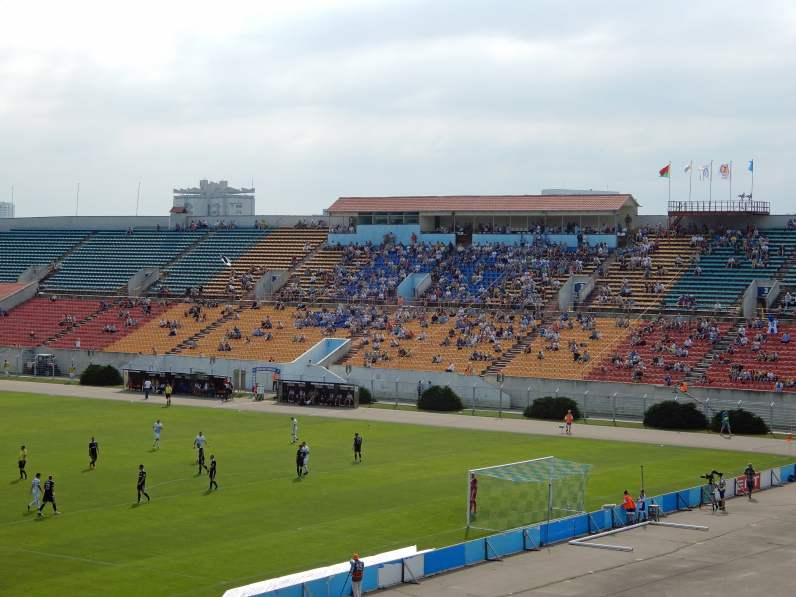 Die Haupttribüne im spärlich gefüllten Traktor-Stadion