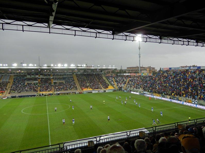 Volle Ränge im Stadio Ennio Tardini