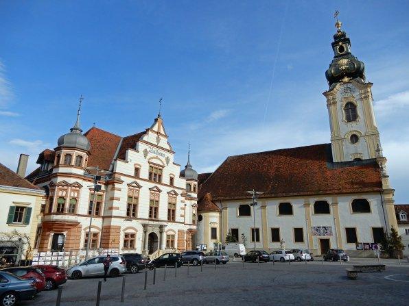 Szenario auf dem Hauptplatz von Hartberg mit dem Rathaus