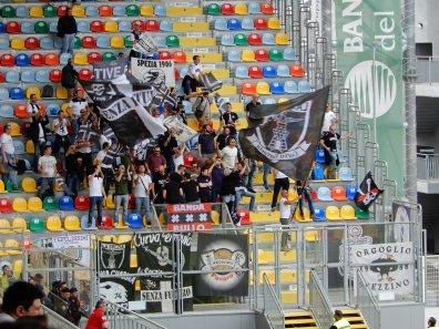 Die mitgereisten Fans aus La Spezia im bunten Gästeblock