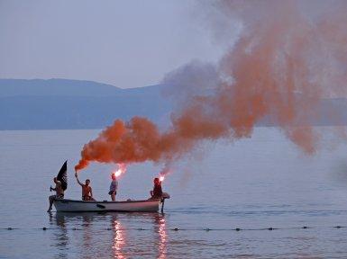 Fans zünden Fackeln auf einem Boot in der Adria