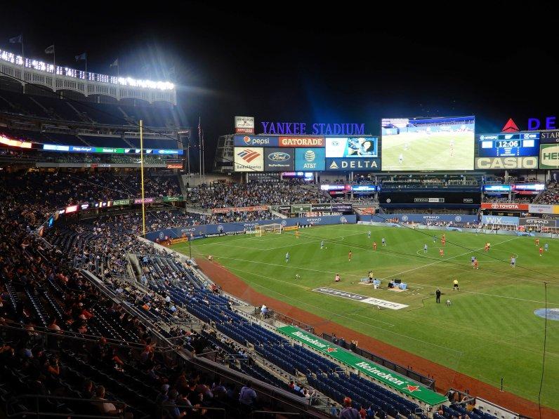 Das enorme Yankee Stadium während der MLS-Partie bei Nacht