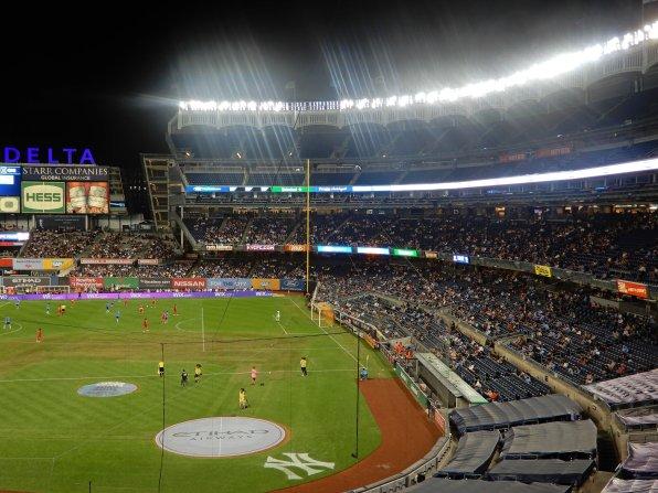 Dreistöckige Tribüne mit dem bekannten Logo der Yankees am unteren Bildrand