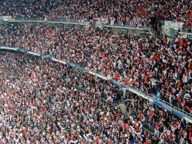 Eine rot-weisse Wand aus River-Anhänger