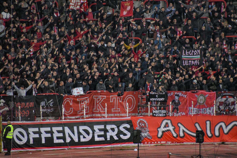 Fans von ZSKA Sofia strecken die Arme in die Höhe