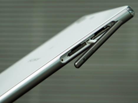 Tapa para espacio microSD y SIM en el Sony Xperia M5
