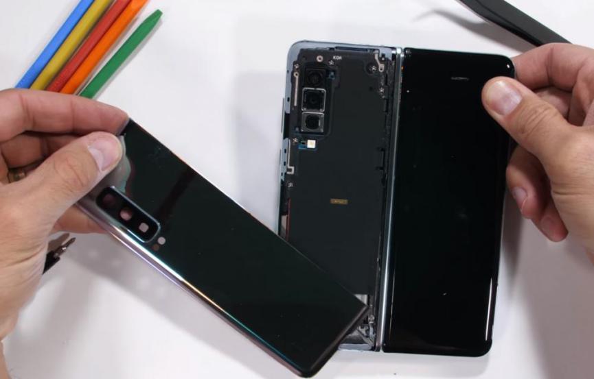 Desarmando un Samsung Galaxy Fold: ¿Lo que tiene dentro?