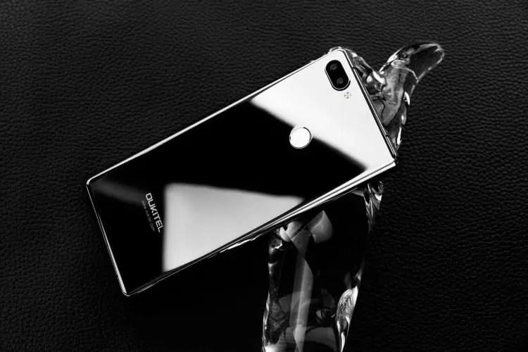 OUKITEL MIX 2 em versão Silver a tampa traseira pode ser usada como um espelho 3