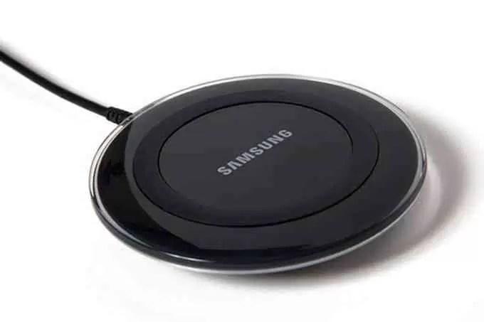 O Samsung Wireless Charger Duo pode carregar dois telefones em simultâneo 1