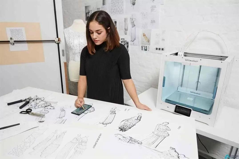 O primeiro smartphone do mundo que desenhou e produziu uma coleção de alta costura 2