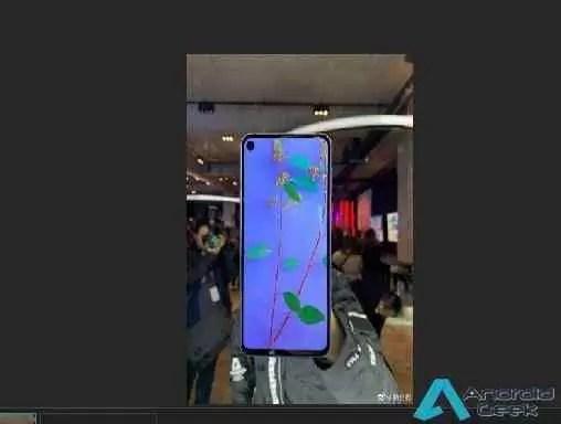 Protetor ecrã Galaxy S10 mostra um buraco de selfie mais elegante no Display do que no A8s 1