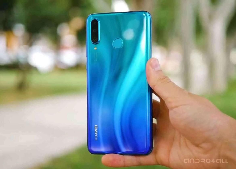 Huawei P30 Lite, na traseira ao azul