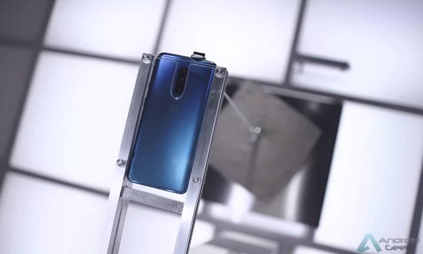 OnePlus mostra câmara pop-up do OnePlus 7 Pro a levantar bloco de cimento de 22kgs 1
