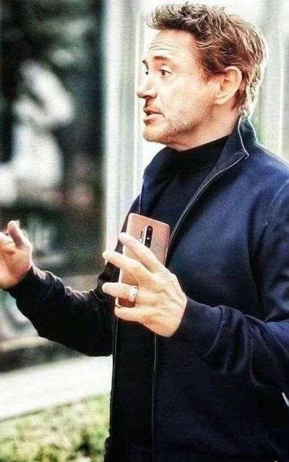 Robert Downey Jr. é visto com o novo OnePlus 8 2