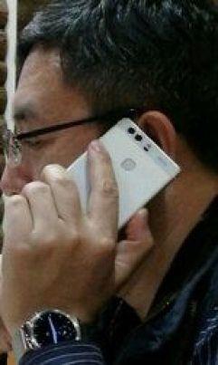 0B5CUt KUpXFUaElFU2JseDBmbHM Presidente da Huawei fotografado com um telefone mistério! Será o Huawei P9? image
