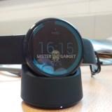 Neue Fotos der Moto 360 zeigen wie die Smartwatch geladen wird